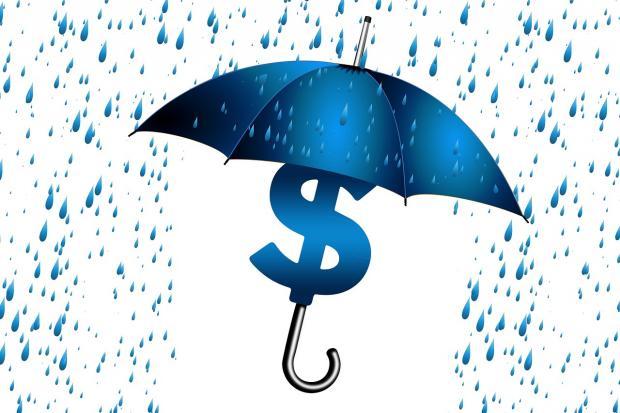 знак доллара укрылся под синим зонтом