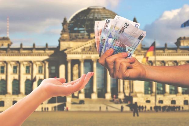 из рук в руки передают купюры евро