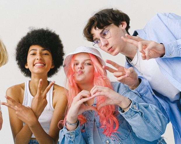 группа молодых людей