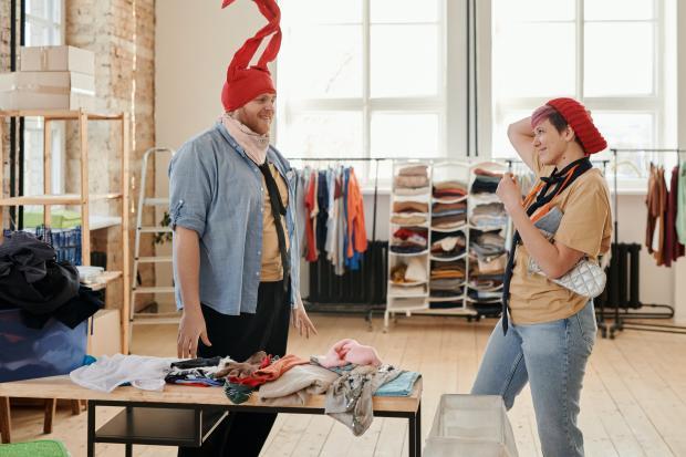мужчина и женщина в магазине одежды