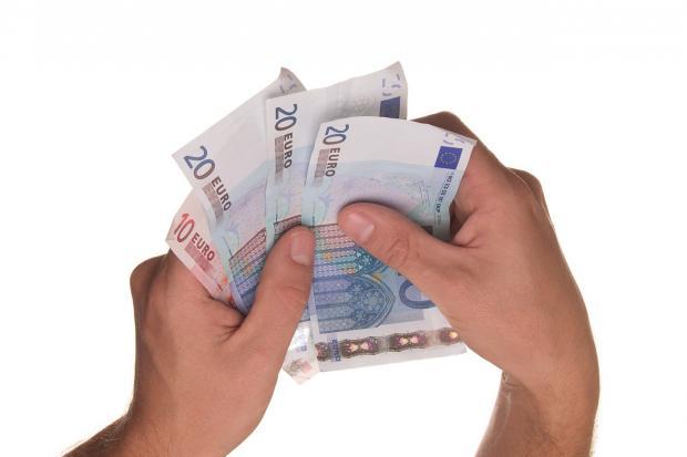 руки пересчитывают банкноты евро