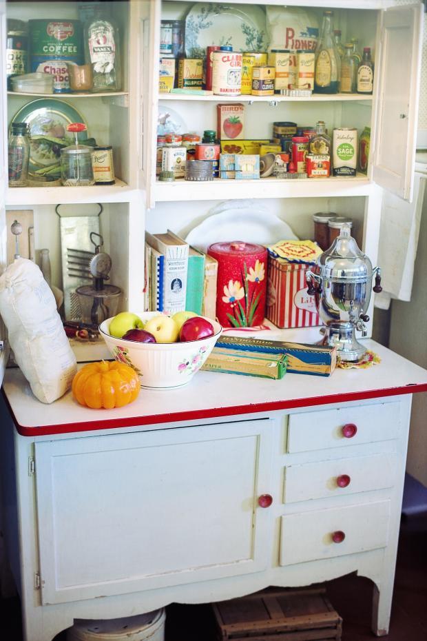 винтажный буфет  на кухне в стиле ретро