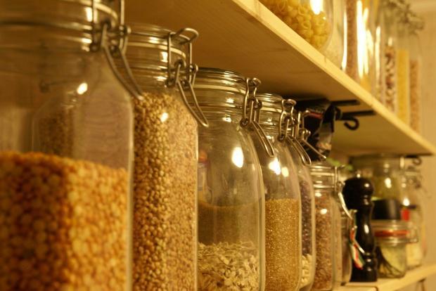 стеклянные банки с крупами в интерьере кухни