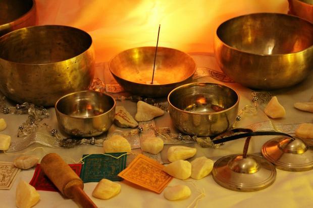 на столе стоят поющие буддистские чаши