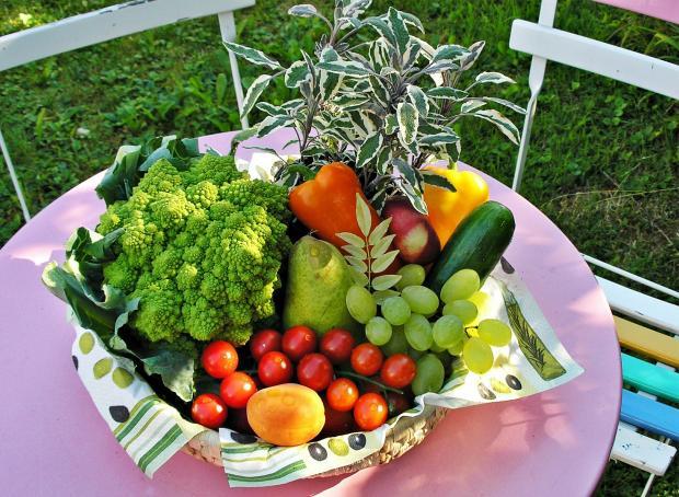 фрукты и овощи на блюде и на столике