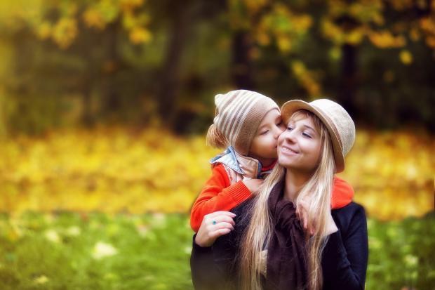 ребенок с мамой в осеннем парке
