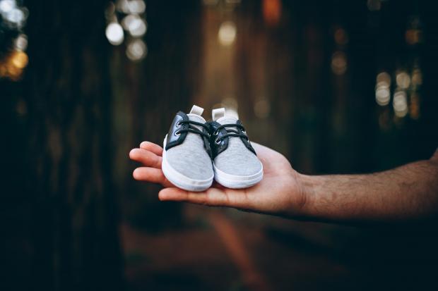 детская обувь на мужской руке