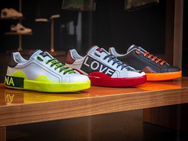 кроссовки на полке в магазине