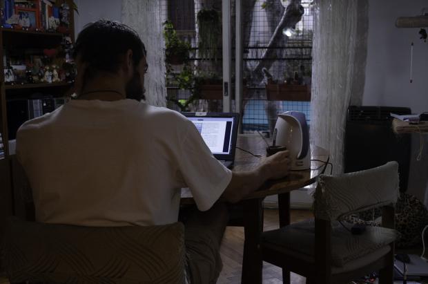 мужчина работает за компьютером ночью