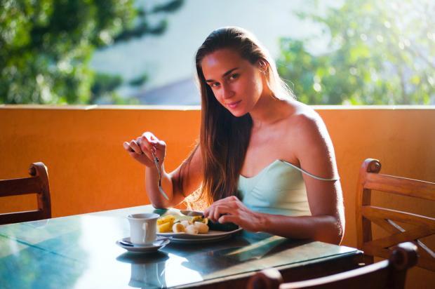 девушка ест в кафе
