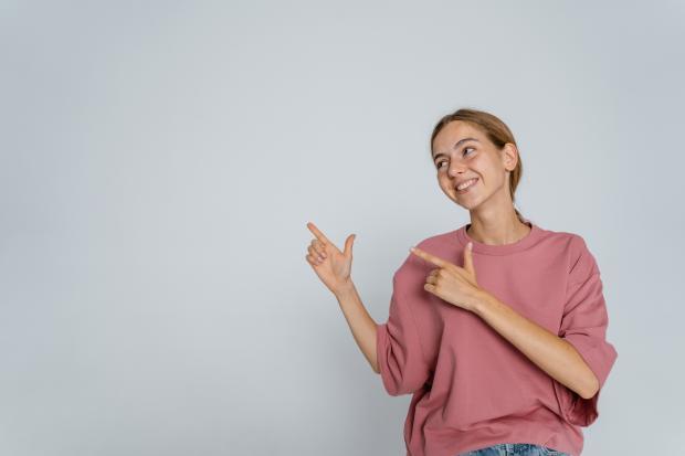 улыбающаяся девушка в розовой кофточке\