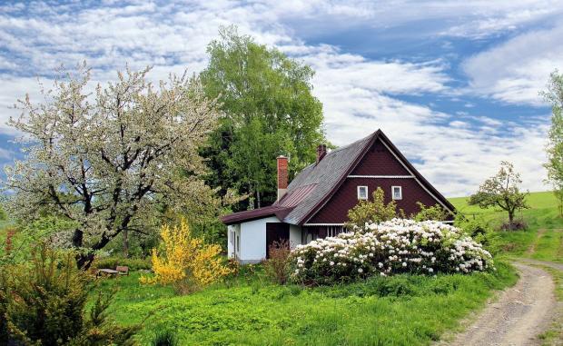 красивый пейзаж с деревенским домом