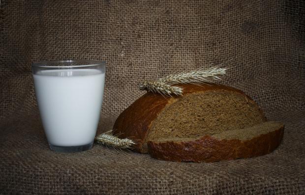 стакан молока стоит с караваем хлеба