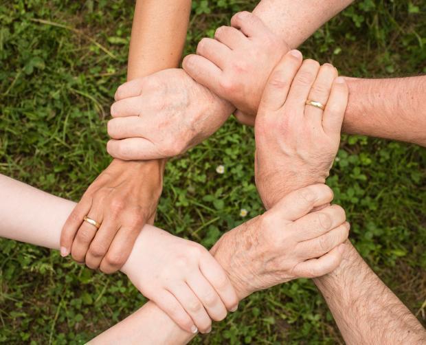 руки скрещенные между собой