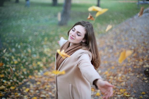 радостная девушка в осеннем парке