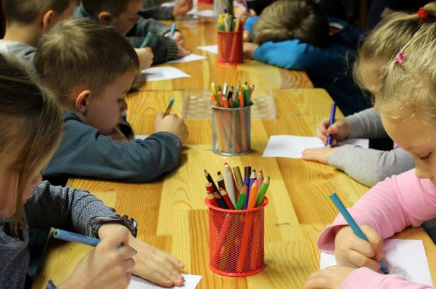 дети в детском саду рисуют