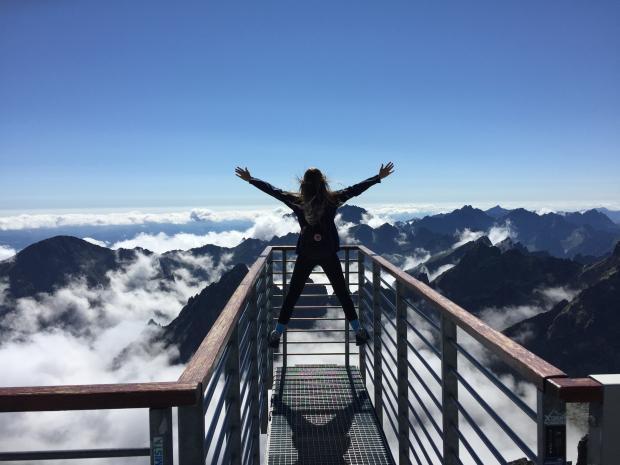 девушка на лестнице на вершине горы