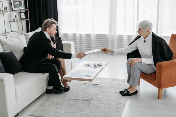 мужчина и женщины в кабинете