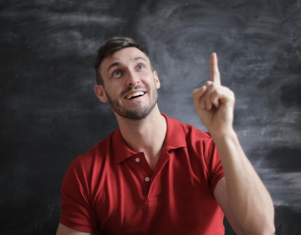 мужчина в красной рубашке, палец вверх