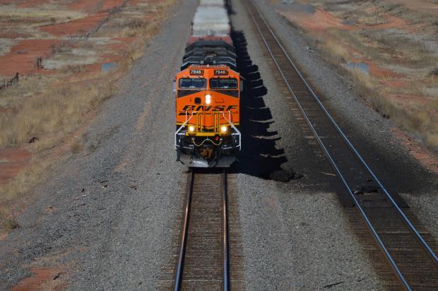 поезд на железной дороге