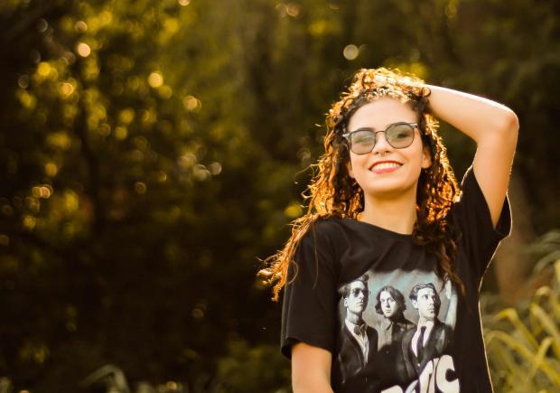 девушка в черной футболке и очках