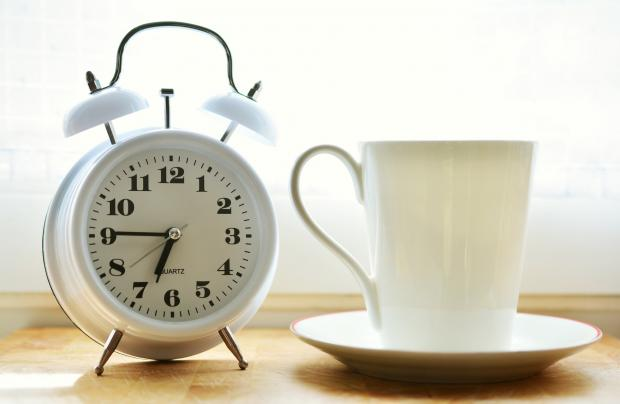 белый будильник и чашка