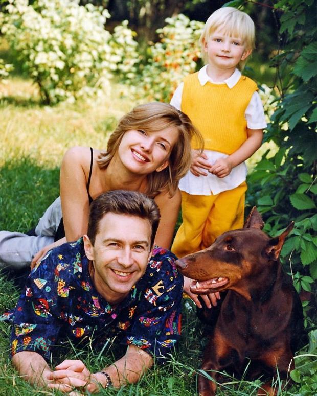 Валерия Сюткин с дочкой и женой