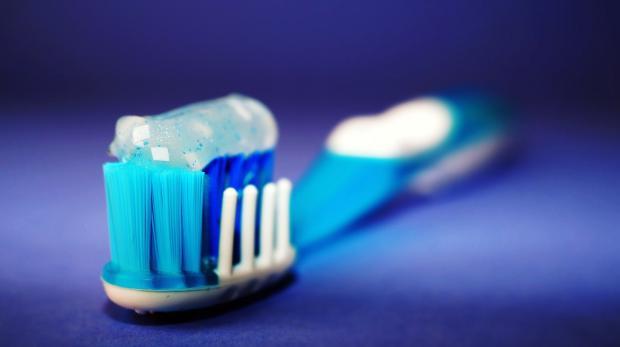 зубная паста выдавлена на щетку