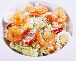 """""""Цезарь"""" с креветками: рецепт быстрого приготовления вкусного и сытного салата"""