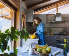 Кухонные лайфхаки: зачем опытные хозяйки греют воду в микроволновке