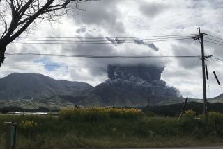 В Японии произошло извержение вулкана: облако пепла поднялось на 3500 метров – видео