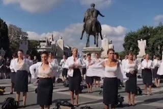 Стюардессы в Риме публично сняли форму в знак протеста против потери работы