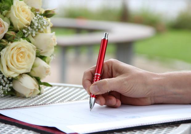 невеста подписывает согласие на заключение брака