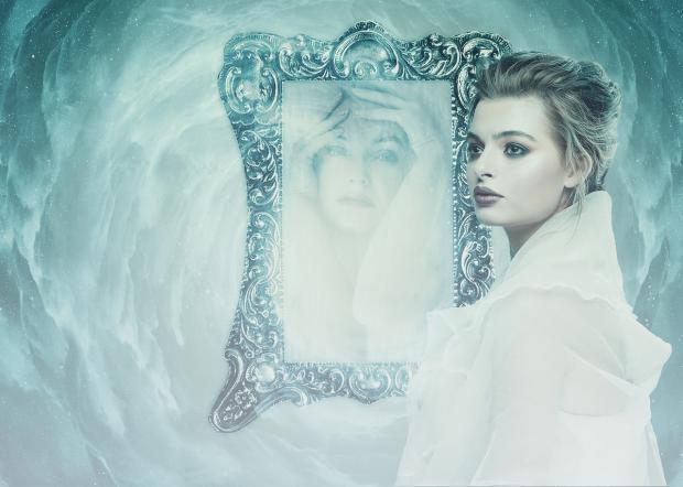 фигура девушки перед зеркалом