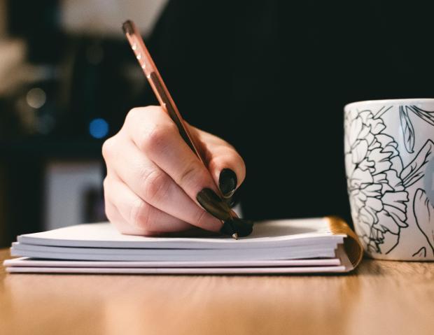 ручка в женской руке