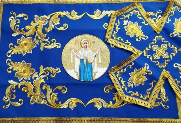 вышитая голубым орнаментом икона Пресвятой Борогодицы