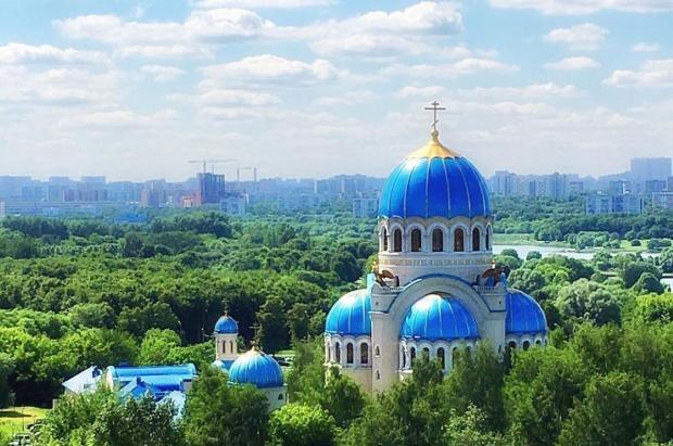 среди зелени возвышаются голубые церковные купола