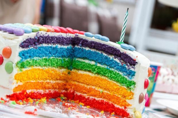 разрезанный торт похож на радугу