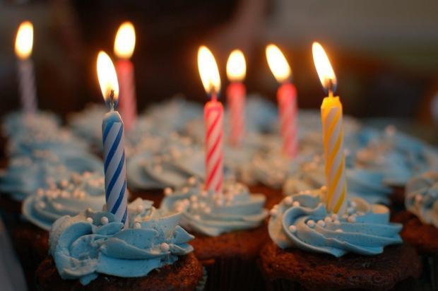 в кексах зажжены именинные свечи