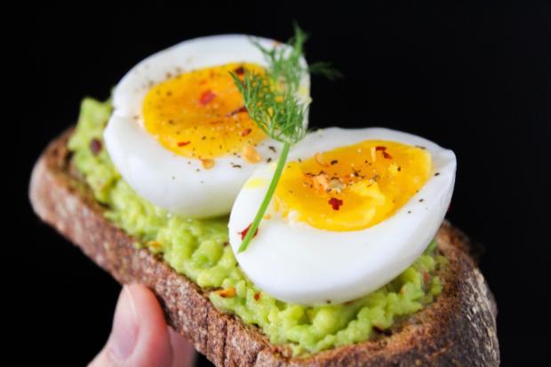 отварные яйца на бутерброде с хумусом