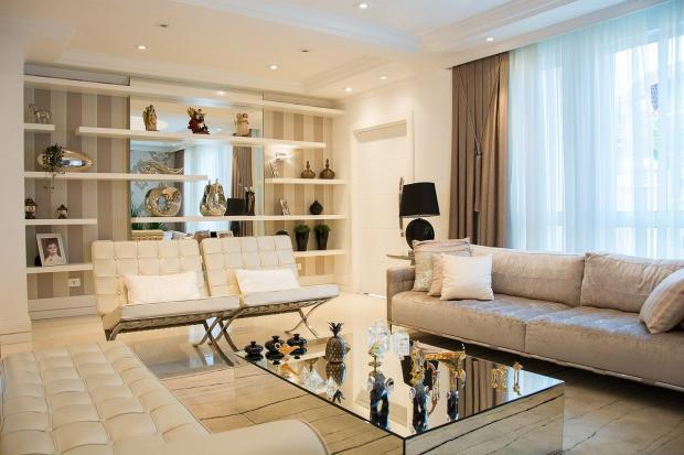 гостиная с большими окнами и светлыми диванами