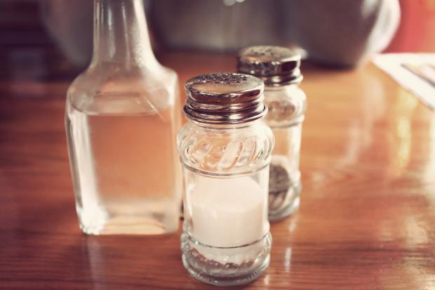 уксус в бутылке, соль и перец в емкостях