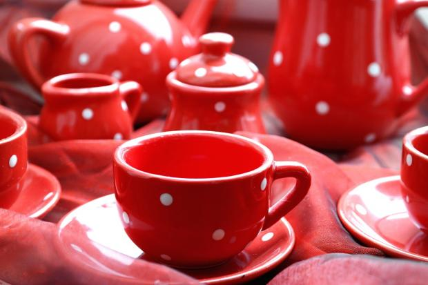 красный в горошек чайный сервиз
