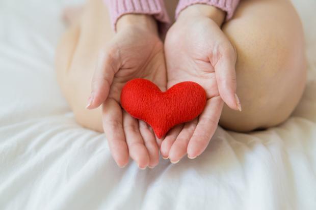 сердечко в женских руках