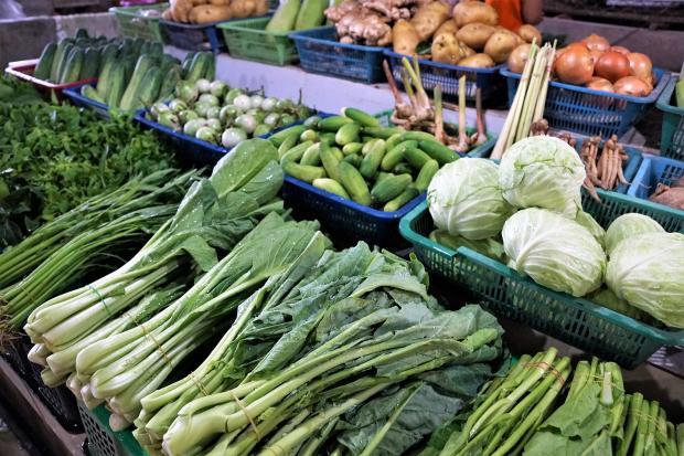 прилавок с овощами на рынке
