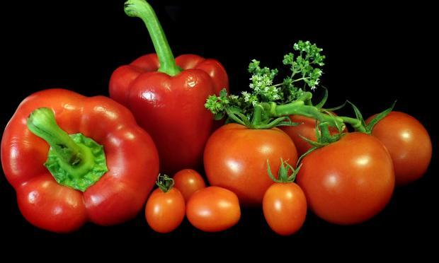 красный перец и спелые помидоры