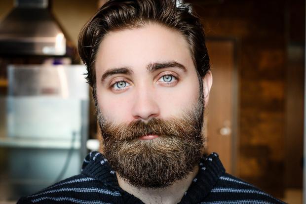 молодой мужчина с усами и бородой