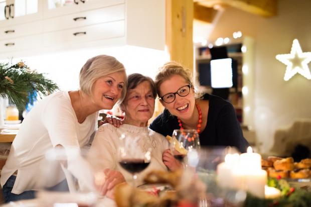 3 женщины за столом