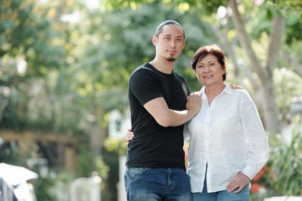 мужчина с мамой