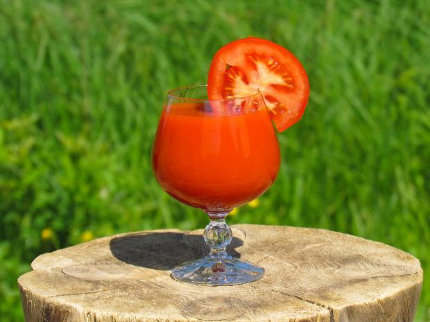 бокал с томатным соком на пеньке